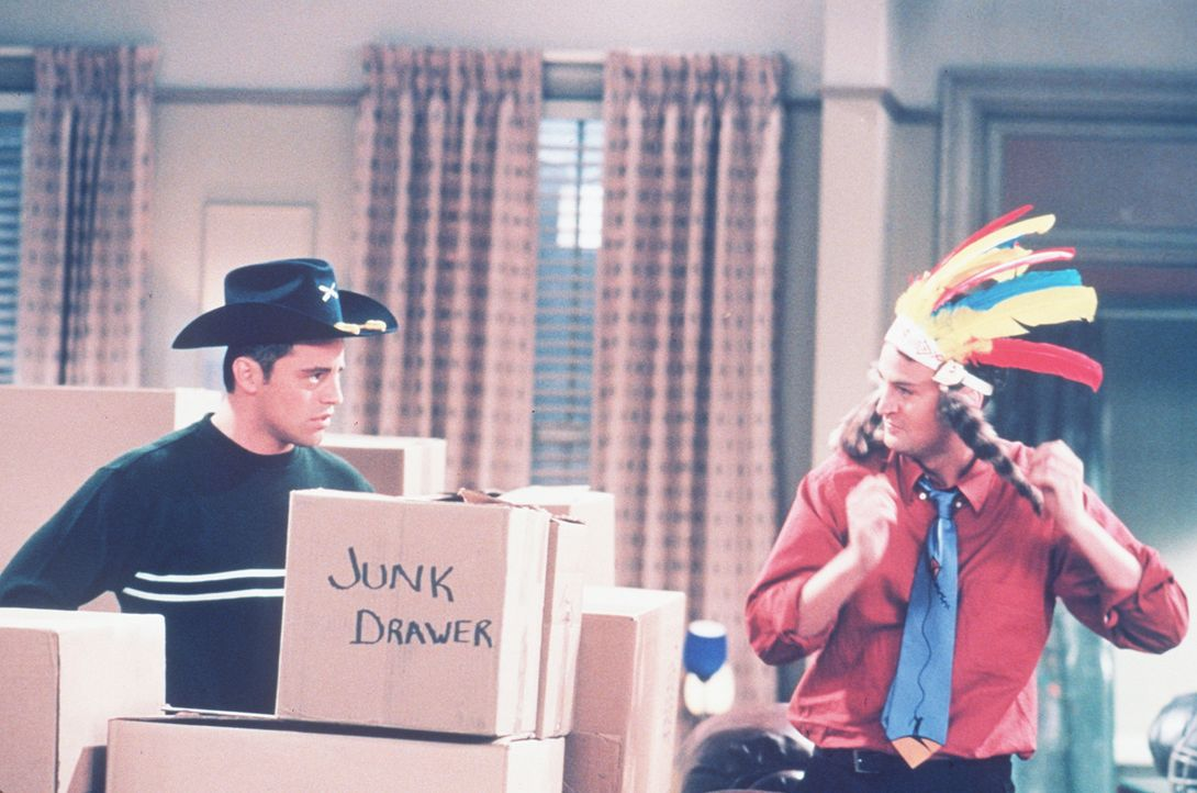 """Chandler (Matthew Perry, r.) und Joey (Matt LeBlanc, l.) spielen """"Cowboy und Indianer"""". - Bildquelle: TM+  2000 WARNER BROS."""