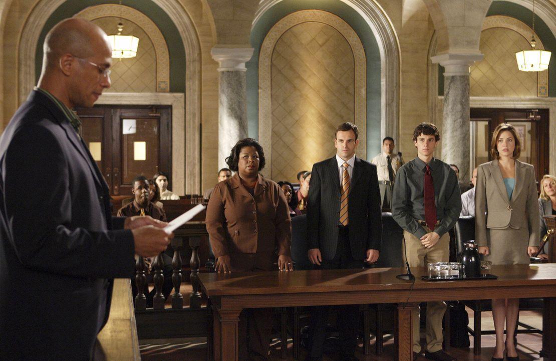 Der Richter (Ron Butler, l.) verkündet das Urteil: Peter (Kenny Baumann, 2.v.r.), Eli (Jonny Lee Miller, 2.v.l.), Deborah (Cleo King, l.) und Maggie... - Bildquelle: Disney - ABC International Television