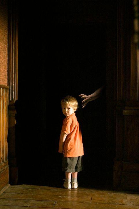 Kaum in das alte Farmhaus eingezogen, da machen sich schon Geister an den kleinen Ben (Evan / Theodore Turner) heran. Doch unglücklicherweise ist da... - Bildquelle: 2005 GHP-3 SCARECROW, LLC.