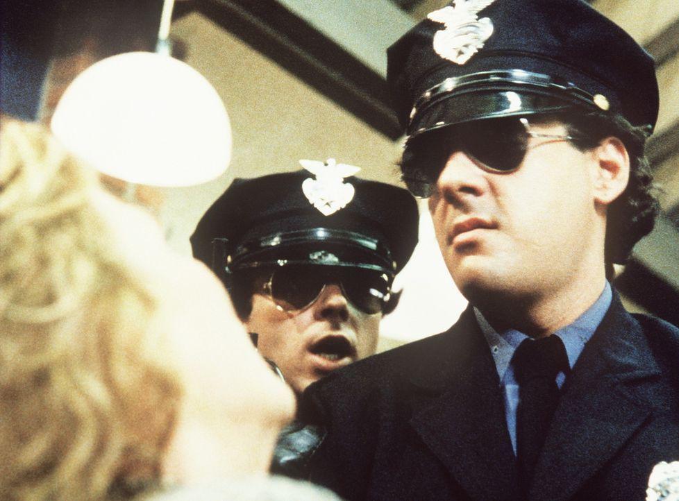 Als Polizisten verkleidet überfallen Gangster die Schönheitssalons der Stadt. - Bildquelle: ORION PICTURES CORPORATION. ALL RIGHTS RESERVED.