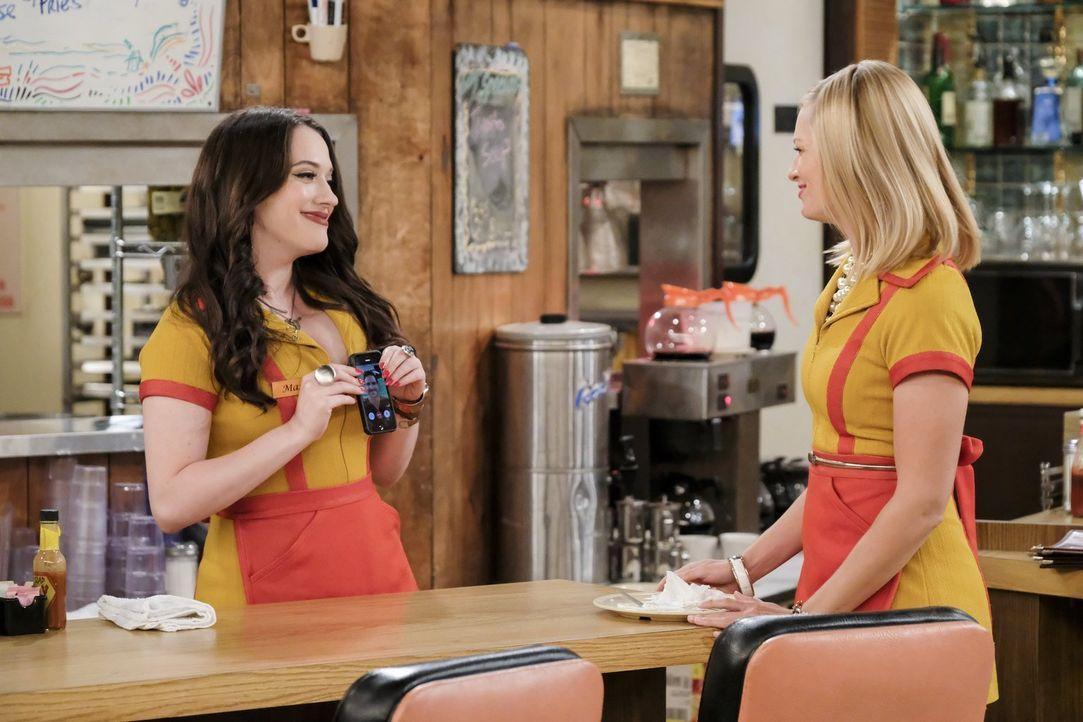 Max (Kat Dennings, l.) muss sich entscheiden, ob sie die Beziehung mit Randy auf die nächste Ebene heben möchte, nachdem Caroline (Beth Behrs, r.) s... - Bildquelle: Warner Bros. Television