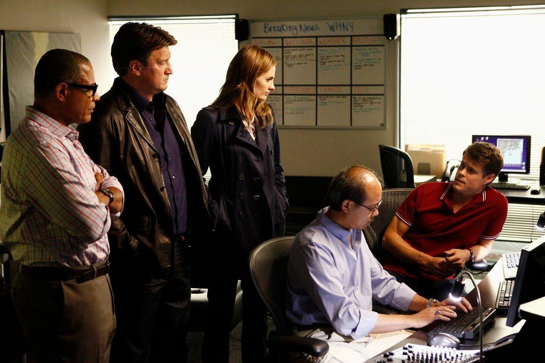 Die beliebte Wetterfee Mandy Michaels wird ermordet im Studio aufgefunden. Harvey Milton (Tyrees Allen, l.) zeigt Castle (Nathan Fillion, 2.v.l.) un... - Bildquelle: 2012 American Broadcasting Companies, Inc. All rights reserved.