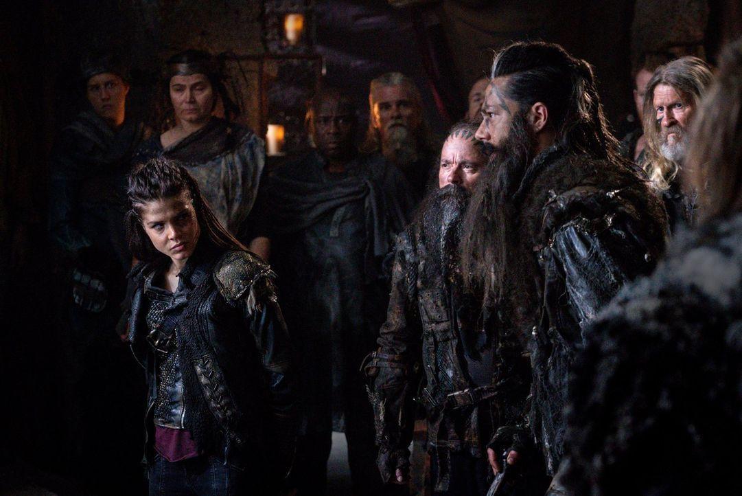Semet (Zak Santiago, r.) bringt Octavia (Marie Avgeropoulos, l.) zu Lexa, um sie als Kriegsgefangene auszuliefern und endlich Rache an der Skaikru n... - Bildquelle: 2014 Warner Brothers
