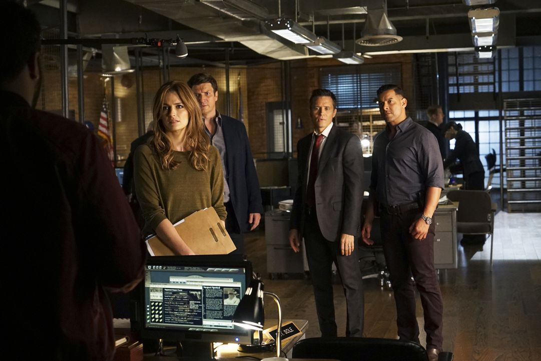 Beckett (Stana Katic, vorne l.) wird mit einem Fall konfrontiert, den sie eigentlich für gelöst gehalten hatte. Castle (3.v.r.), Ryan (Seamus Dever,... - Bildquelle: Richard Cartwright 2015 American Broadcasting Companies, Inc. All rights reserved.
