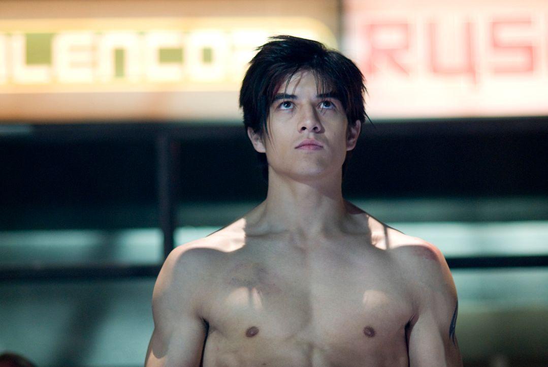 Jin Kazama (Jon Foo) wächst in ärmlichsten Verhältnissen auf. Um zu überleben, lernt er das Kämpfen. Als seine Mutter ermordet wird, sinnt Jin auf b... - Bildquelle: 2010 CST PRODUCTIONS, LLC   ALL RIGHTS RESERVED