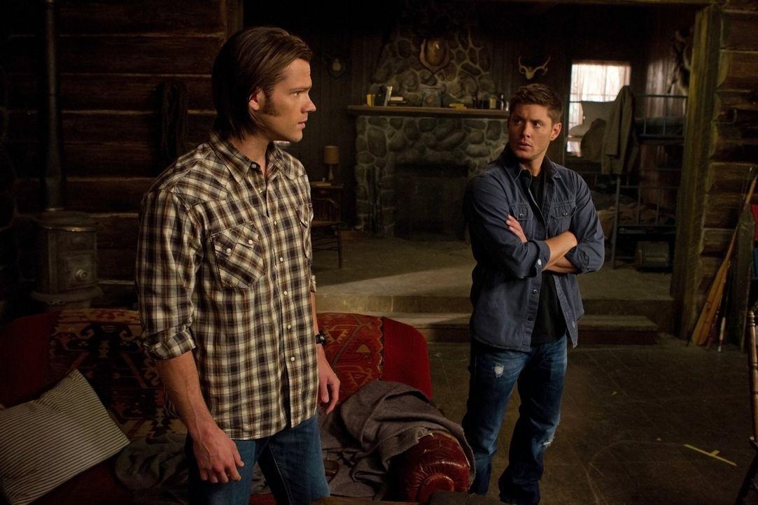 Sam (Jared Padalecki, l.) und sein Bruder Dean (Jensen Ackles, r.) müssen gegen ein Wesen kämpfen, das ohne zu zucken Menschen auffrisst und sich da... - Bildquelle: Warner Bros. Television