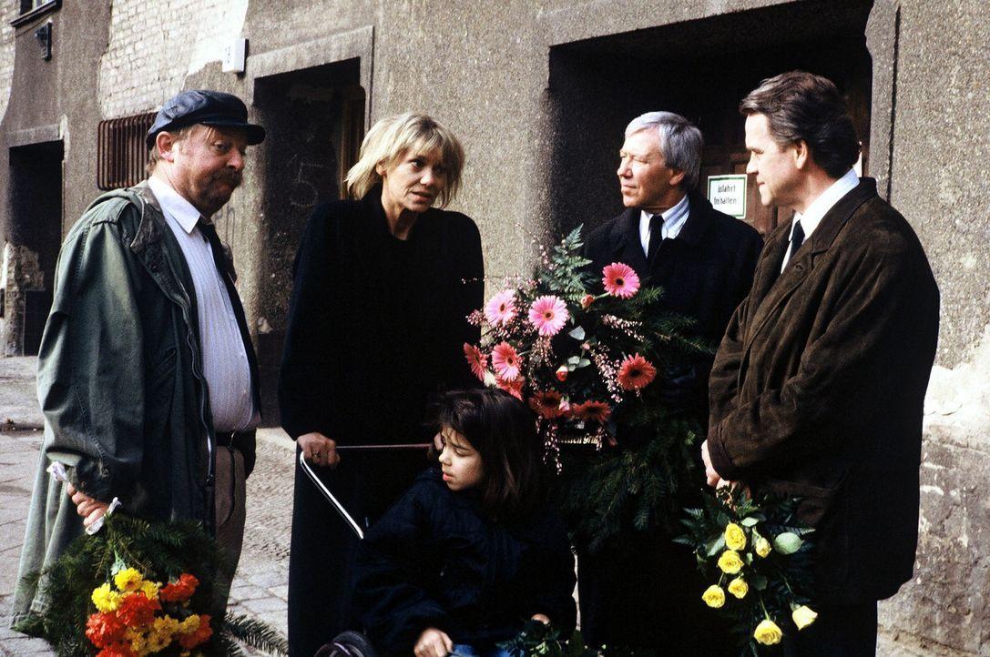 In einem Berliner Mietshaus sind kurz nacheinander zwei Menschen ums Leben gekommen. Hauptkommissar Wolff (Jürgen Heinrich, r.) ermittelt und macht... - Bildquelle: Alfred Raschke Sat.1