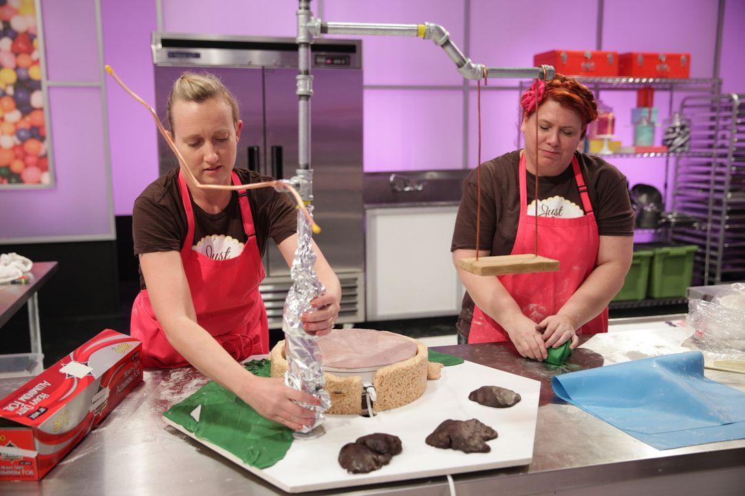 Haben Großes vor: Bäckerin Viki Cane (l.) und ihre Assistentin Reva Alexander-Hawk (r.) ... - Bildquelle: 2015, Television Food Network, G.P. All Rights Reserved