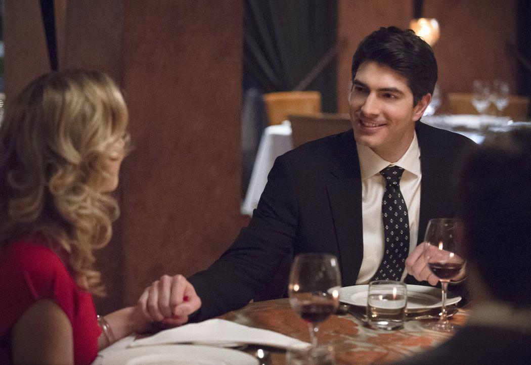 Während Felicity (Emily Bett Rickards, l.) und Ray (Brandon Routh, r.) einen schönen Abend mit Barry, Iris und Eddie verbringen wollen, sucht Cisco... - Bildquelle: Warner Brothers.