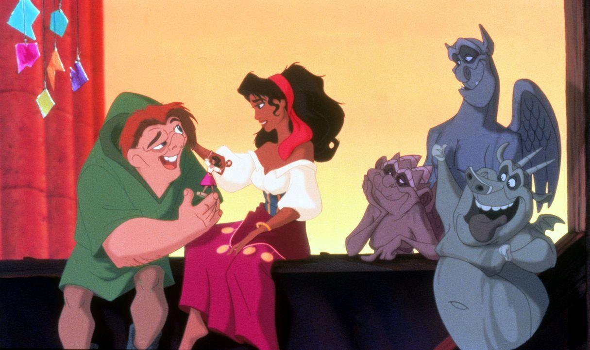 Zunächst kann Quasimodo gar nicht glauben, dass sich die wunderschöne Esmeralda ausgerechnet mit ihm anfreundet. Gemeinsam mit den Chimären machen s... - Bildquelle: The Walt Disney Company