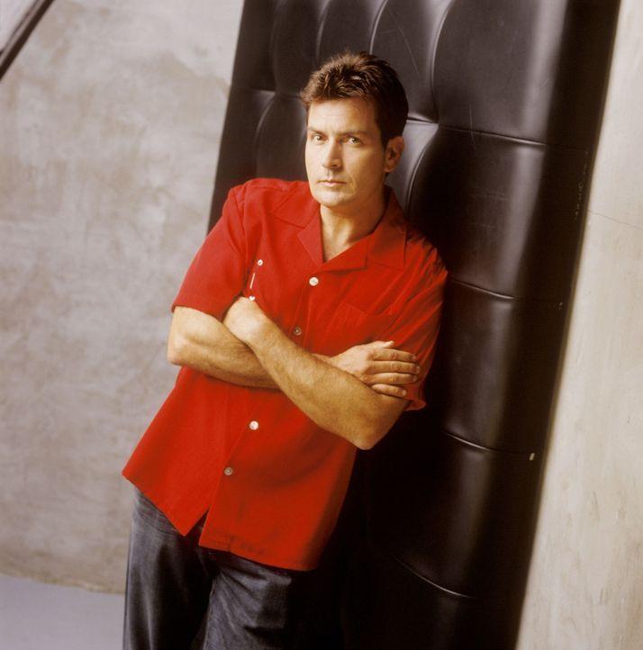 (1. Staffel) - Charlie Harper (Charlie Sheen) ist ein ziemlich erfolgreicher Produzent von Werbespots und Jingles. Als sein Bruder samt Sohn bei ihm einzieht, beginnt das Chaos ...