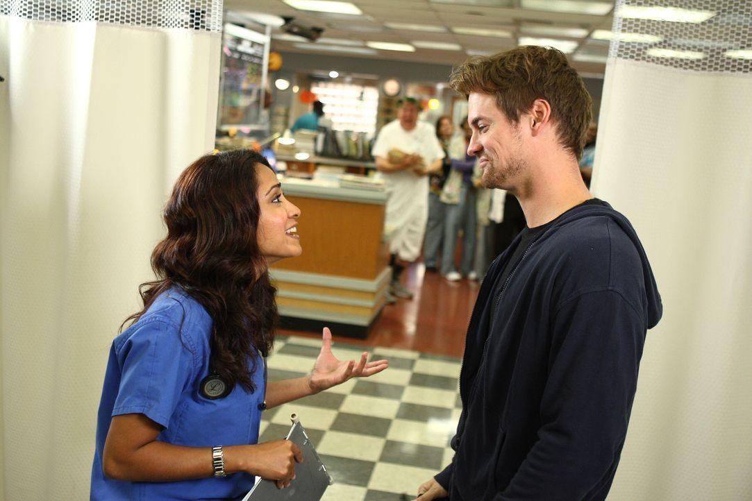 Neela (Parminder Nagra, l.) ist völlig aus dem Häuschen, als plötzlich Ray (Shane West, r.) vor ihr steht ... - Bildquelle: Warner Bros. Television