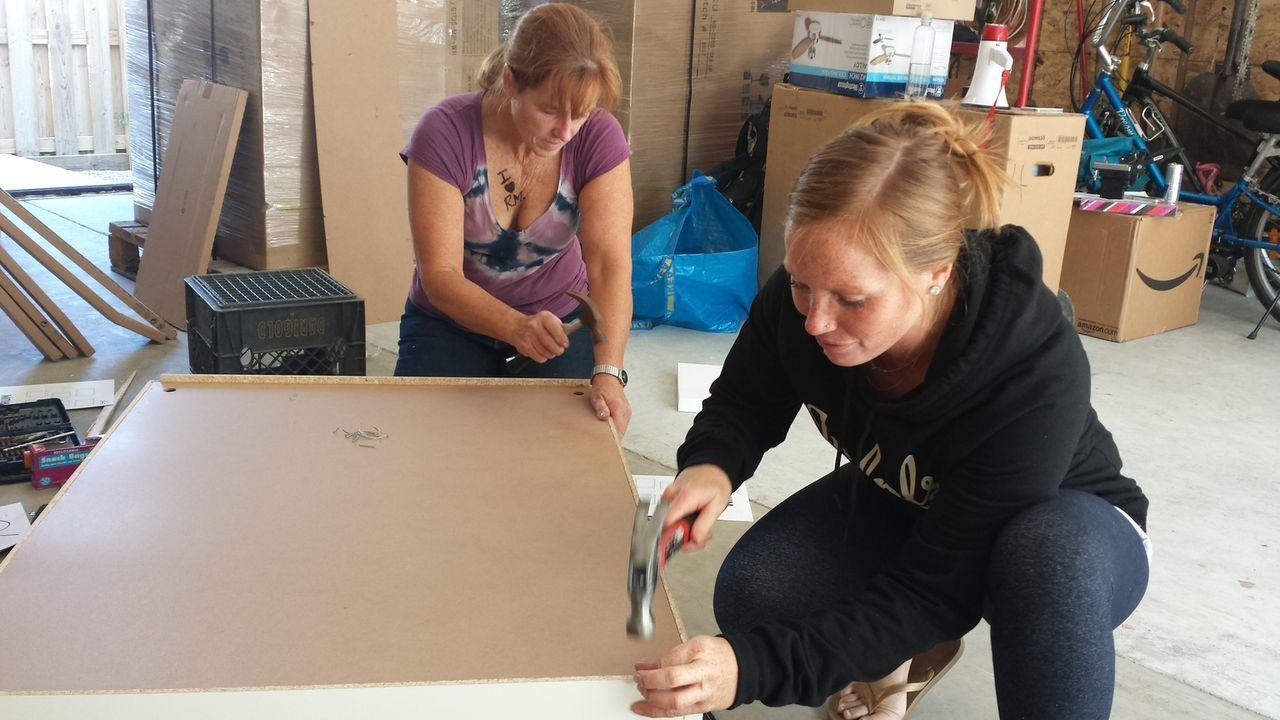 Gemeinsam wollen das Mutter-Tochter-Gespann, Karen (l.) und Mina (r.) ihr erstes Haus in einem neuen Bezirk umbauen. Wird es ein Erfolg oder ein Rei... - Bildquelle: 2015, HGTV/Scripps Networks, LLC. All Rights Reserved.
