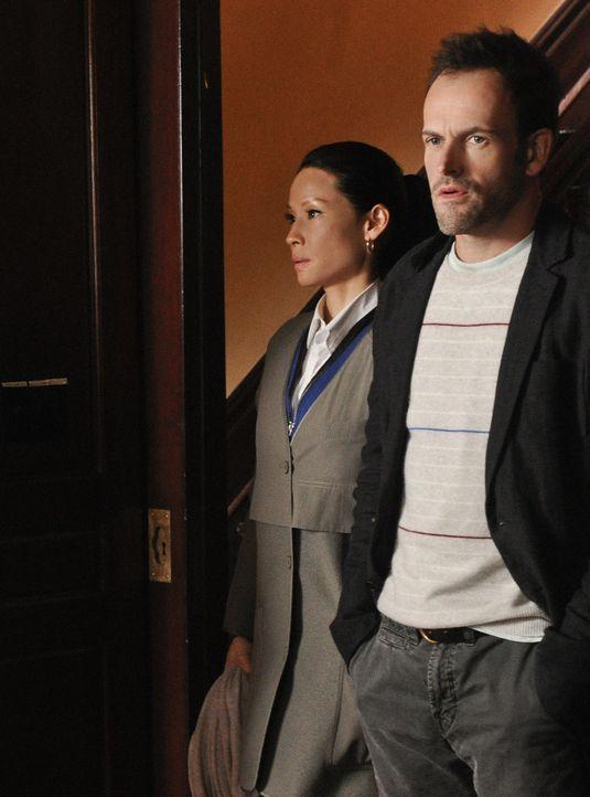 Anlässlich eines Abendessens lernt Holmes (Jonny Lee Miller, r.) die Familie von Watson (Lucy Liu, l.) kennen und klärt sie über ihre Arbeit auf... - Bildquelle: CBS Television
