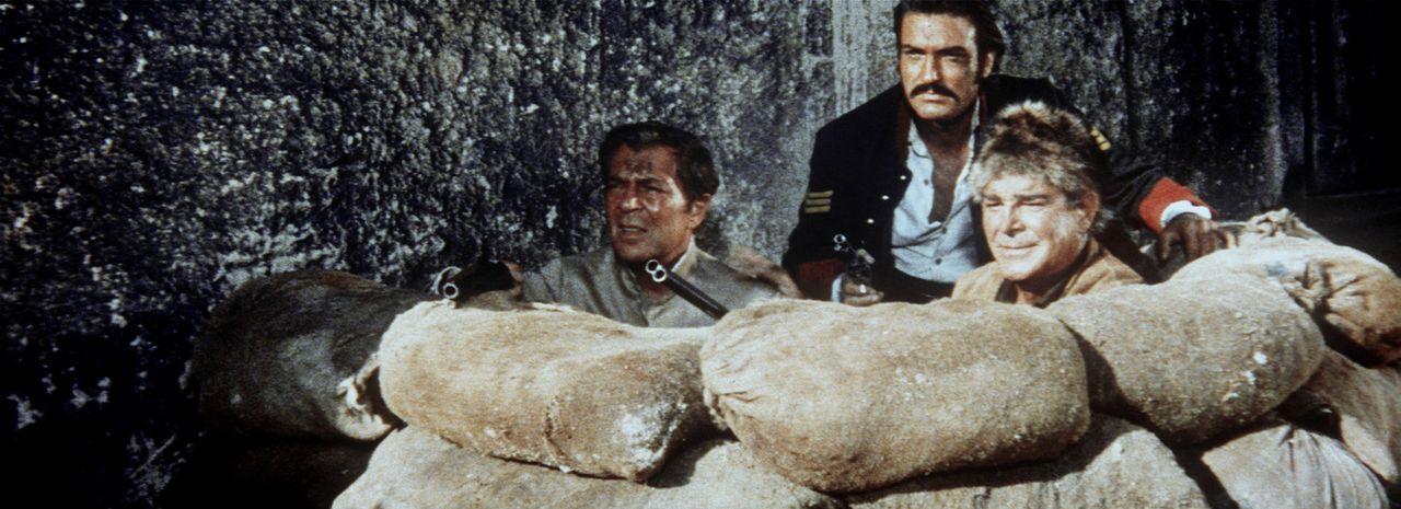Ravenhurst (Viktor De Kowa, l.), Sargent Mendoza (Rik Battaglia, M.) und Old Firehand (Rod Cameron, r.) liegen mit geladenen Gewehren auf der Lauer... - Bildquelle: Columbia Pictures