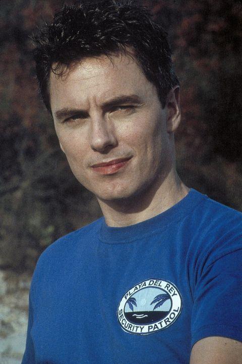 Als immer wieder Urlauber und Badegäste spurlos verschwinden, findet Ben (John Barrowman), Taucher der Küstenwache, einen riesigen Haifischzahn ... - Bildquelle: Nu Image