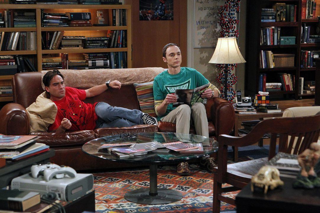 Während Leonard (Johnny Galecki, r.) feststellt, dass er der Einzige ohne Freundin ist, versucht Sheldon (Jim Parsons, l.), seine Freundin Amy wiede... - Bildquelle: Warner Brothers