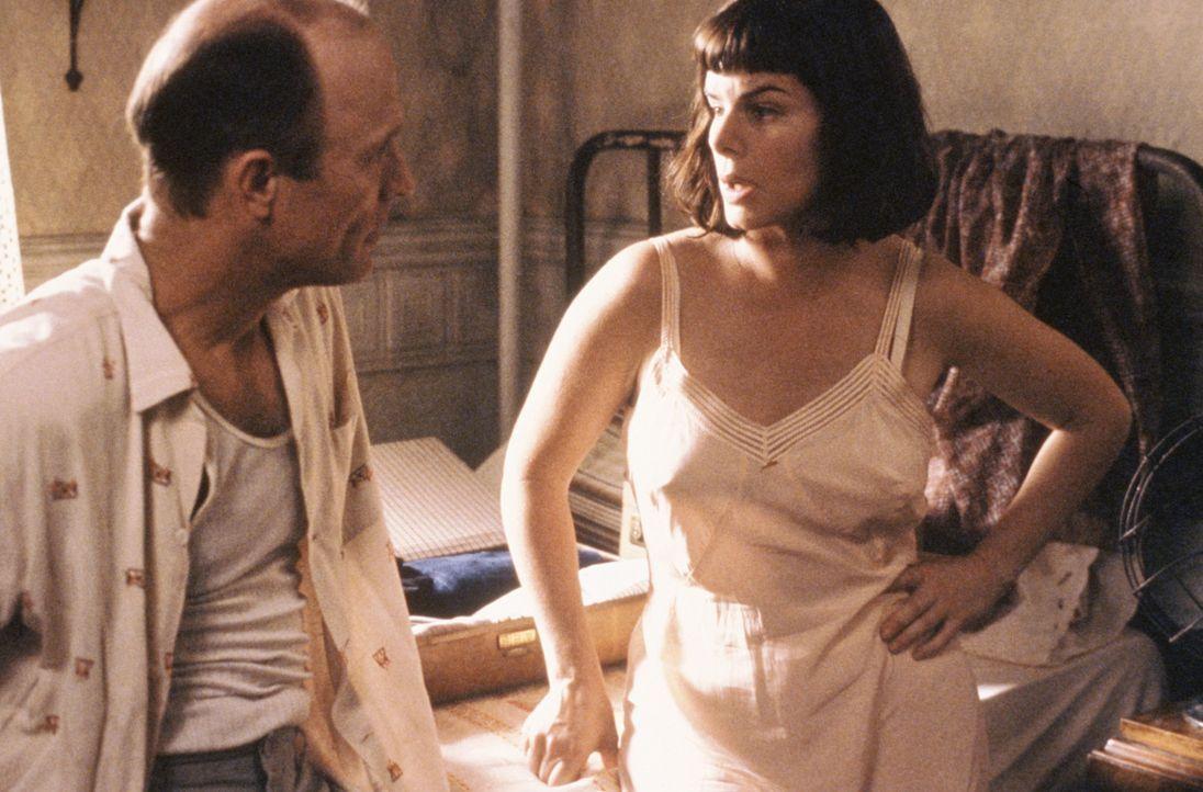 Immer bewegt sich der depressive Jackson Pollock (Ed Harris, l.) zwischen Alkoholexzessen, Selbstzweifeln und künstlerischen Erfolgen. Niemand sche... - Bildquelle: 2003 Sony Pictures Television International. All Rights Reserved.