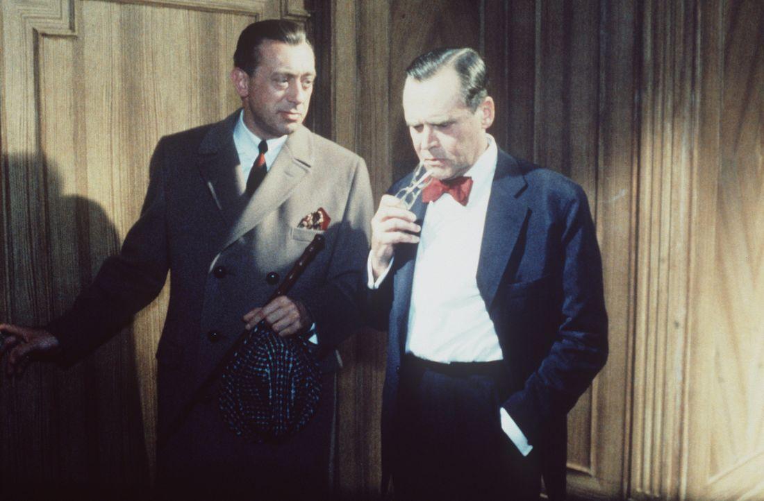 Inspektor Perkins (Horst Tappert, l.) geht jeder Spur nach. Schon mehrere ältere, reiche Männer sind ermordet worden, und jedes Mal profitierte die... - Bildquelle: Constantin Film