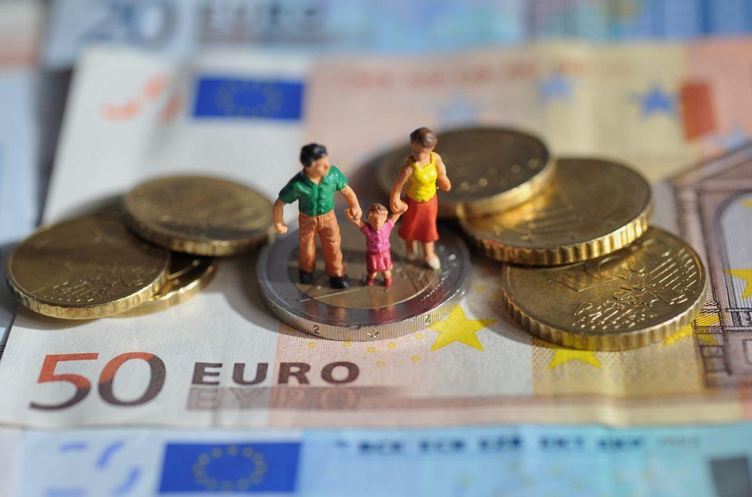 Familie auf Euromünzen und -scheinen - Bildquelle: dpa
