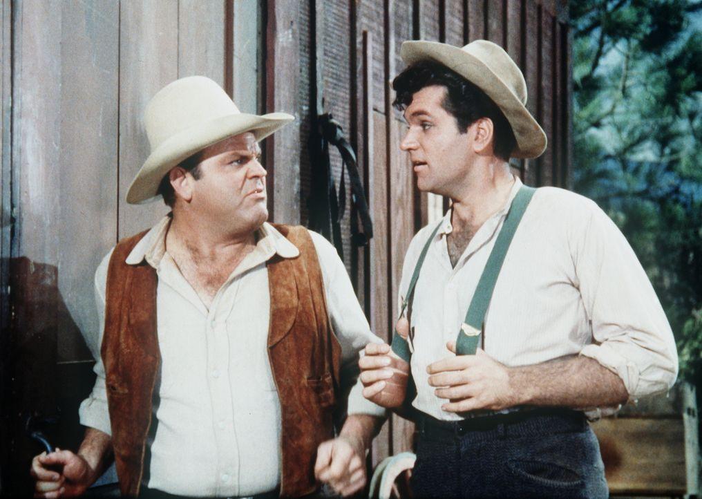 Cousin Muley Jones (Bruce Yarnell, r.) besucht Hoss (Dan Blocker, l.) und seine Familie. Mit dabei sind seine vier Hühnerhunde, die den Cartwrights... - Bildquelle: Paramount Pictures