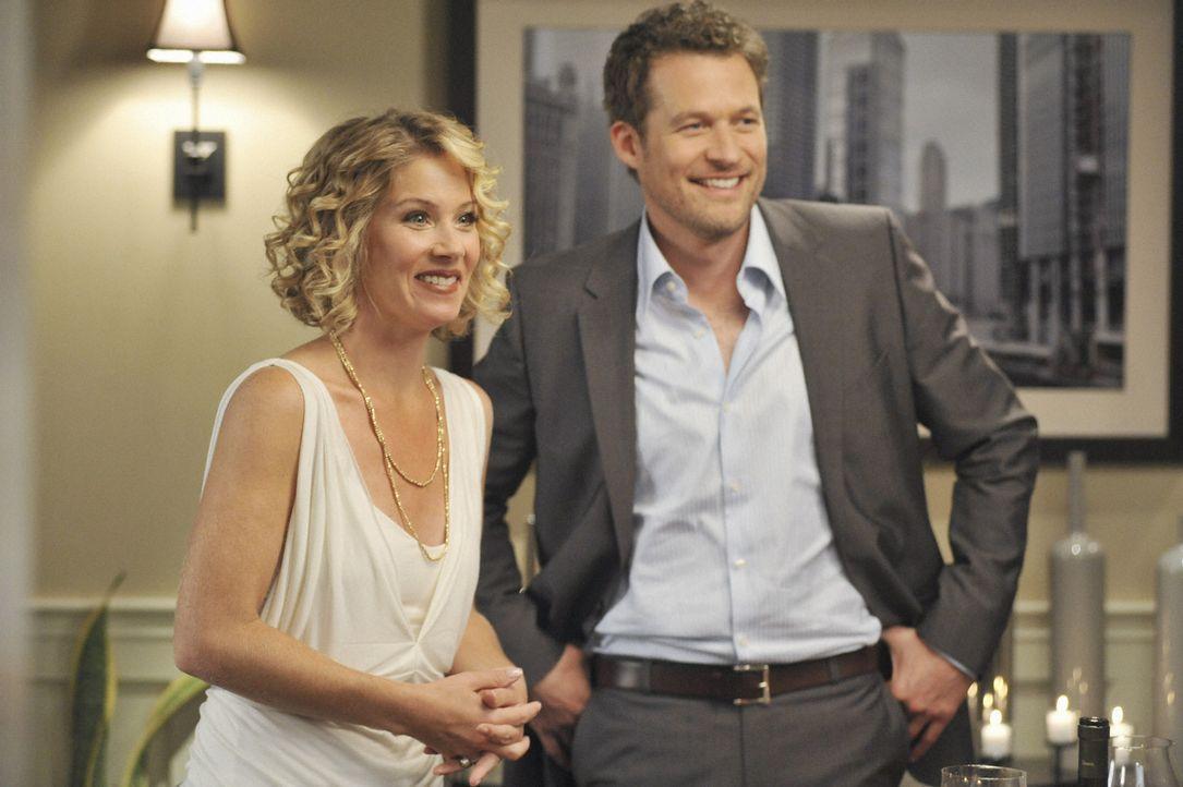 Samantha (Christina Applegate, l.) hat einen neuen Freund - Owen (James Tupper, r.). Doch sie hat ihm immer noch nicht gebeichtet, dass sie mit ihre... - Bildquelle: 2008 American Broadcasting Companies, Inc. All rights reserved.