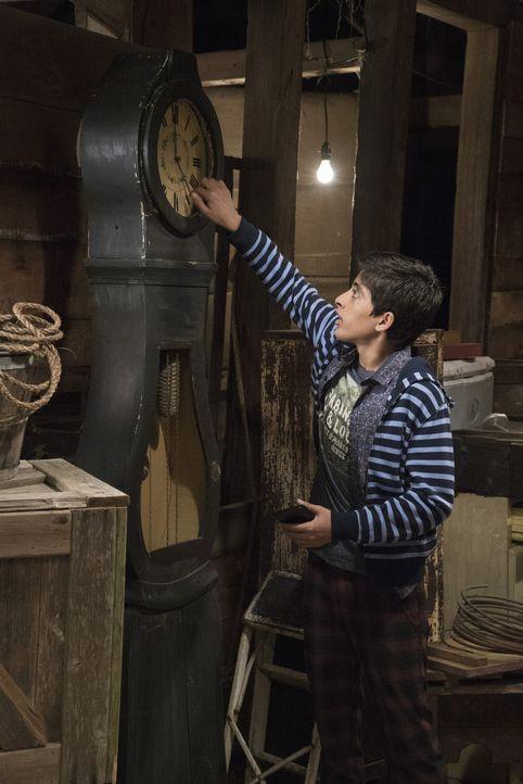 Die Uhr tickt. George (Karan Brar) gibt sein Bestes, um Cleo zu helfen, die Unsichtbarkeit ihrer Schwester Molly wieder rückgängig zu machen. Aber a... - Bildquelle: 2015 Disney Enterprises, Inc. All rights reserved.