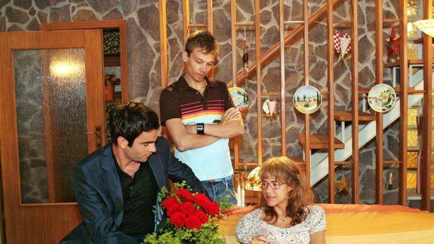 Lisa (Alexandra Neldel, r.) ist über Davids (Mathis Künzler, l.) unerwarteten...