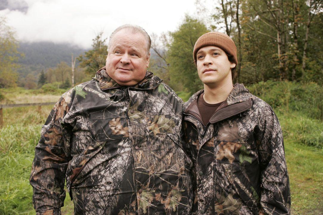 Gehen gemeinsam auf die traditionelle O'Malley-Truthahn-Jagd: George (T.R. Knight, r.), sein Vater (George Dzundza, l.) ... - Bildquelle: Touchstone Television