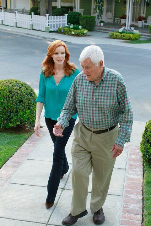 Stehen Karen in ihren letzten Tagen bei: Bree (Marcis Cross, l.) und Roy (Orson Bean, r.) ... - Bildquelle: ABC Studios
