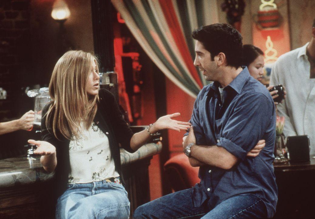 Ross (David Schwimmer, r.) bietet Rachel (Jennifer Aniston, l.) an, bei ihm einzuziehen ... - Bildquelle: TM+  2000 WARNER BROS.