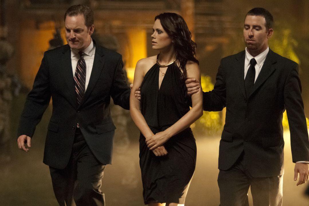 """Unglücklicherweise ahnt Milla (Katia Winter, M.) nicht, dass der von ihr """"rekrutierte"""" Feuerwehrmann ein gefährliches Geheimnis mit sich trägt ... - Bildquelle: Sony Pictures Television Inc. All Rights Reserved."""