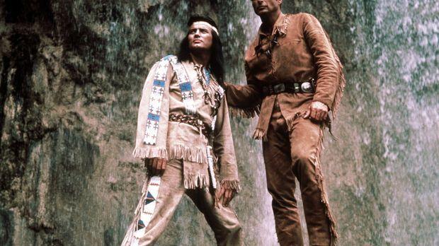 Winnetou (Pierre Brice, l.) und sein Freund Old Shatterhand (Lex Barker, r.)...