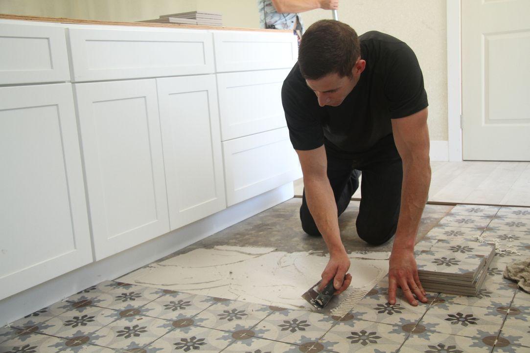 Tarek legt Hand an und verpasst der Küche neue Fliesen, die sie dringend nötig hat. Ob das Design auch den potenziellen Käufern gefallen wird? - Bildquelle: 2017,HGTV/Scripps Networks, LLC. All Rights Reserved