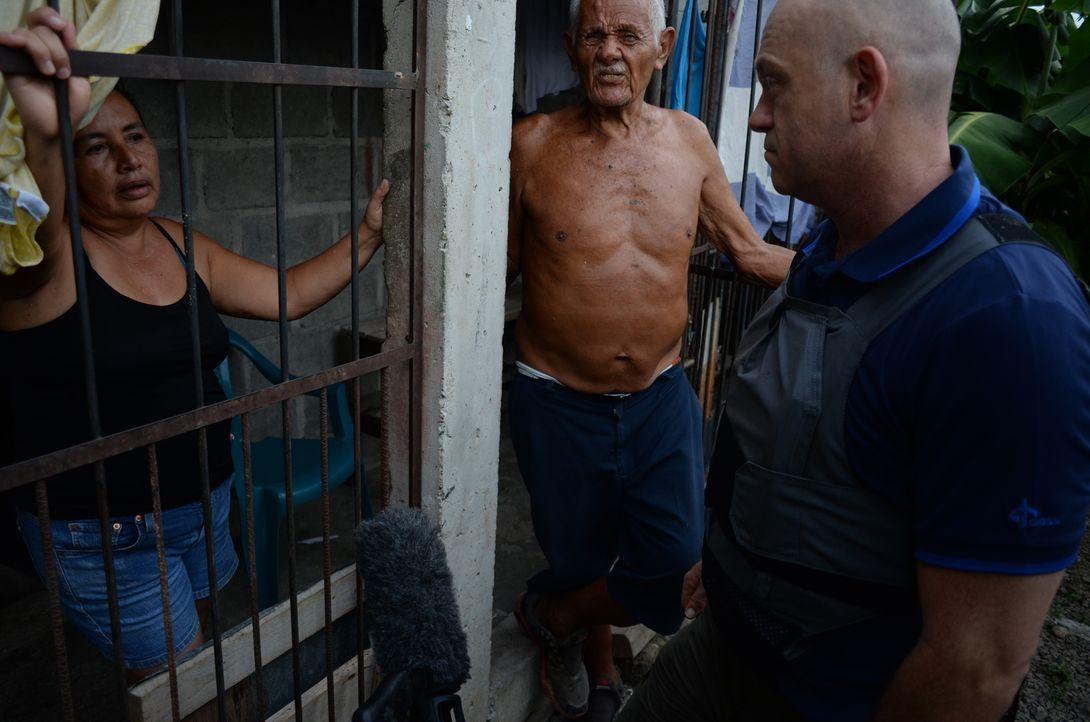 San Pedro Sula ist die gefährlichste Stadt der Welt. Ross Kemp (r.) besucht die dortigen Einwohner und begleitet Migranten auf ihrem Weg in die USA... - Bildquelle: Freshwater Films Ltd 2015