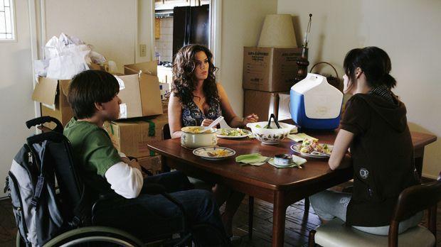 Emily (Chelsea Hobbs, r.) und ihr Bruder Brian (Wyatt Smith, l.) haben es nic...