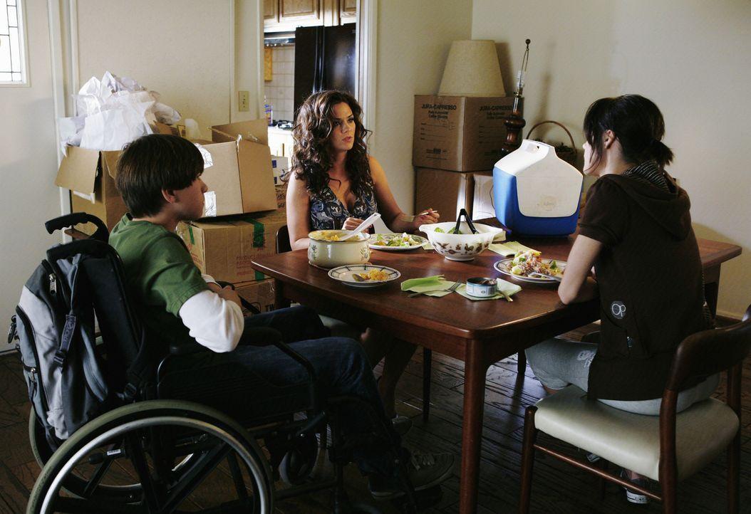 Emily (Chelsea Hobbs, r.) und ihr Bruder Brian (Wyatt Smith, l.) haben es nicht immer leicht mit ihrer allein erziehenden Mutter (Susan Ward, M.), d... - Bildquelle: 2009 DISNEY ENTERPRISES, INC. All rights reserved. NO ARCHIVING. NO RESALE.