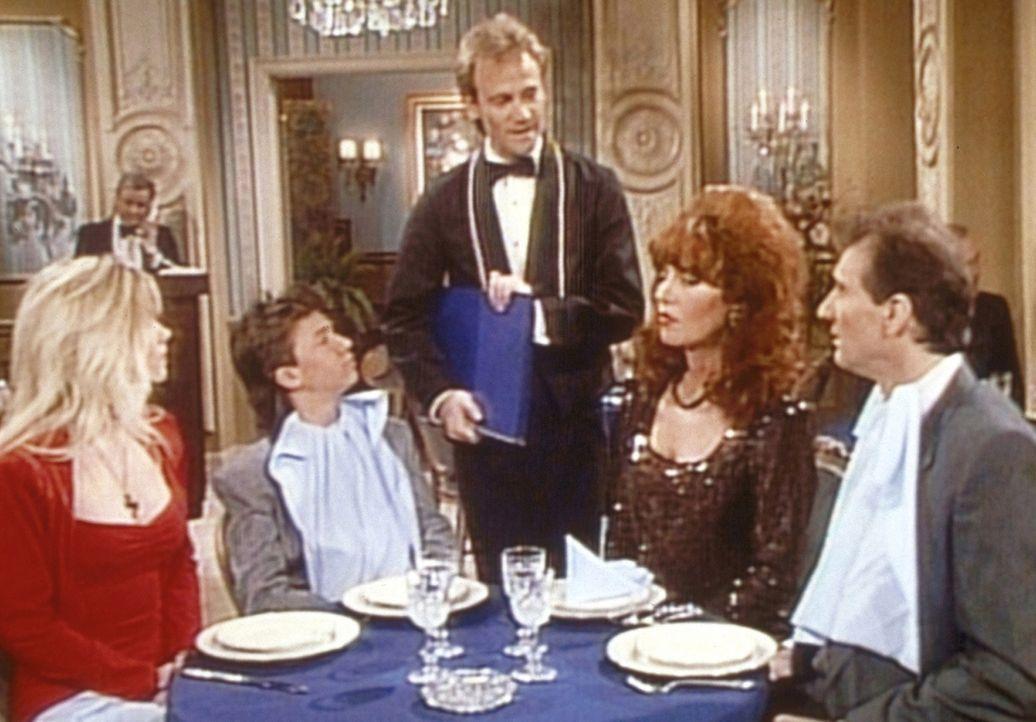 Al (Ed O'Neill, r.), Peggy (Katey Sagal, 2.v.r.), Kelly (Christina Applegate, l.) und Bud (David Faustino) werden im Drei-Sterne-Restaurant vom Ober... - Bildquelle: Sony Pictures Television International. All Rights Reserved.