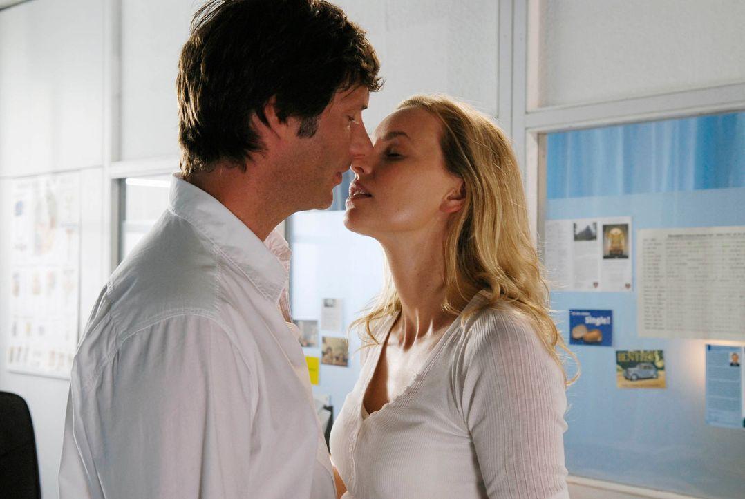 Der erste Kuss: Edda (Simone Hanselmann, r.) und Arthur (Clemens Löhr, l.) ... - Bildquelle: Marco Nagel ProSieben