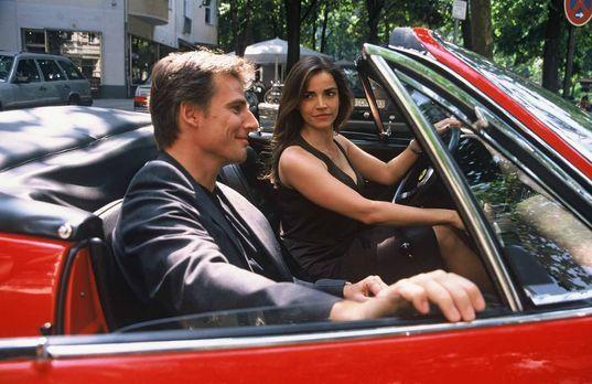 Edel & Starck - Sandra (Rebecca Immanuel, r.) und ihre attraktive Begleit...