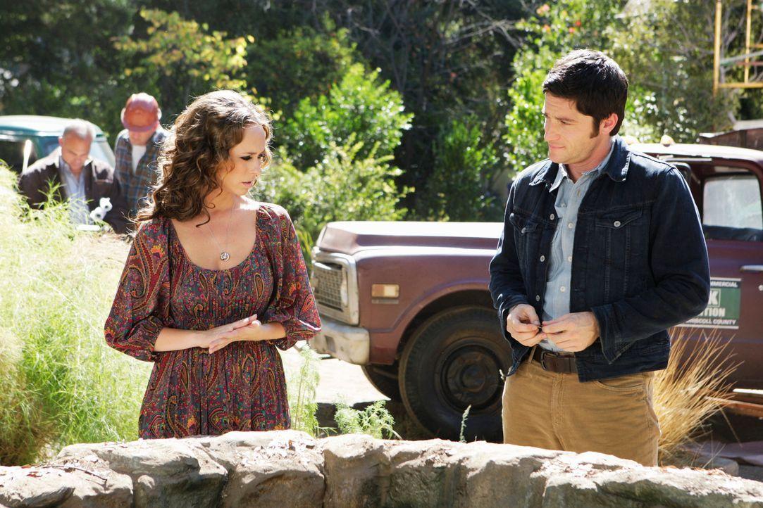 Seltsame Dinge geschehen in der Nähe des alten Brunnens. Jim (David Conrad, r.) scheint, sich an Teile seiner Vergangenheit erinnern zu können. Meli... - Bildquelle: ABC Studios