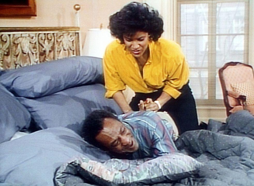 Clair (Phylicia Rashad, oben) übt handfesten Druck auf Cliff (Bill Cosby) aus, um zu erfahren, ob er nach ihrem Tod wieder heiraten würde. - Bildquelle: Viacom