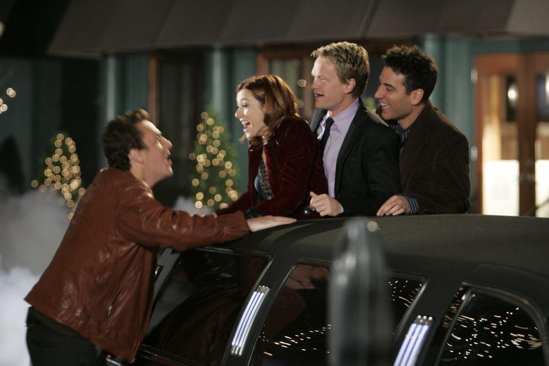 Ted (Josh Radnor, r.) hat eine besondere Überraschung für seine Freunde Lily (Alyson Hannigan, 2.v.l.), Marshall (Jason Segel, l.) und Barney (Neil... - Bildquelle: 20th Century Fox International Television