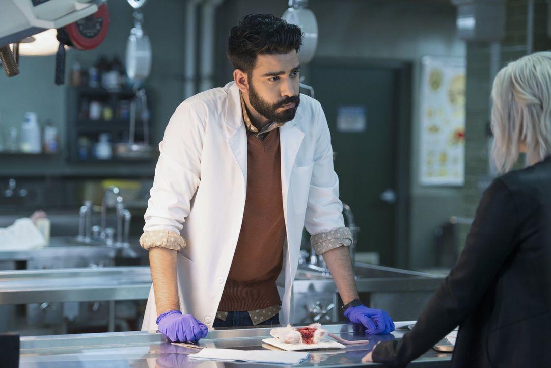 Während Ravi (Rahul Kohli) Blaine ein neues, ungetestetes Heilmittel anbietet, wird Major auf einen von Livs Freunden angesetzt ... - Bildquelle: 2014 Warner Brothers