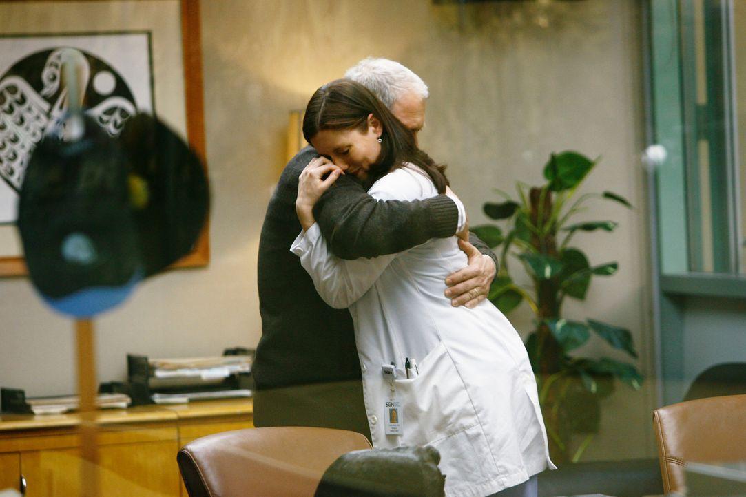 Während Meredith ihrem Vater Thatcher (Jeff Perry, l.) gegenüber kühl reagiert, ist Lexie (Chyler Leigh, r.) überglücklich ... - Bildquelle: Touchstone Television