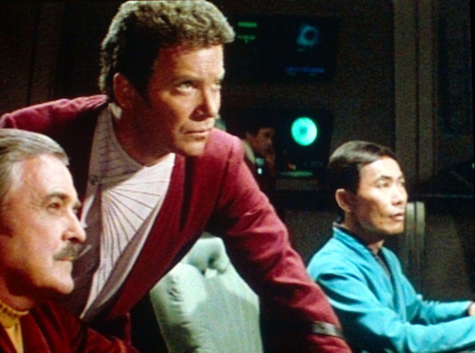 Captain Kirk (William Shatner, M.) führt Scotty (James Doohan, l.) und Sulu (George Takei, r.) in ein Gefecht mit den Klingonen. - Bildquelle: Paramount Pictures
