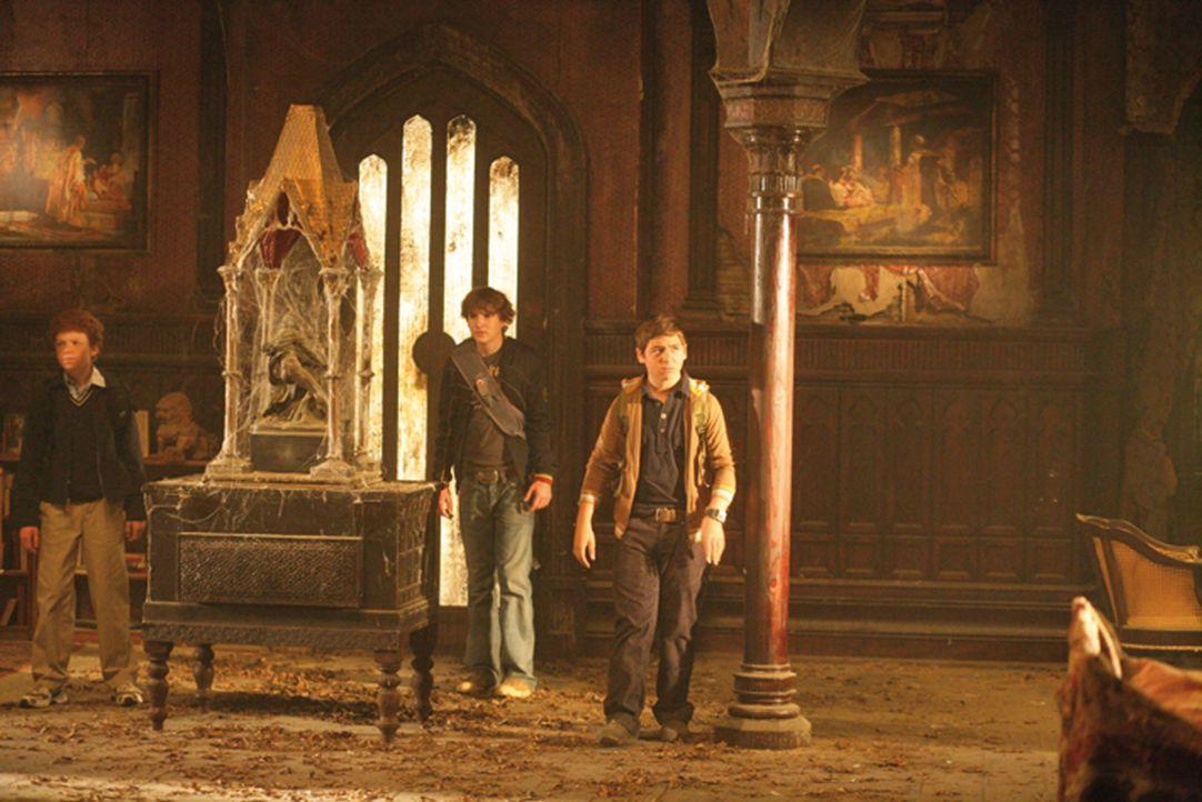 Die drei Fragezeichen Justus (Chancellor Miller, r.), Peter (Nick Price, M.) und Bob (Cameron Monaghan, l.) machen sich daran, ein Geheimnis aufzukl... - Bildquelle: Disney