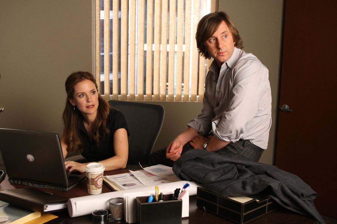 Meghan Doyle (Kelly Preston, l.) und Joe Dubois (Jake Weber, r.) sind überrascht, als Allison plötzlich im Büro auftaucht ... - Bildquelle: Paramount Network Television