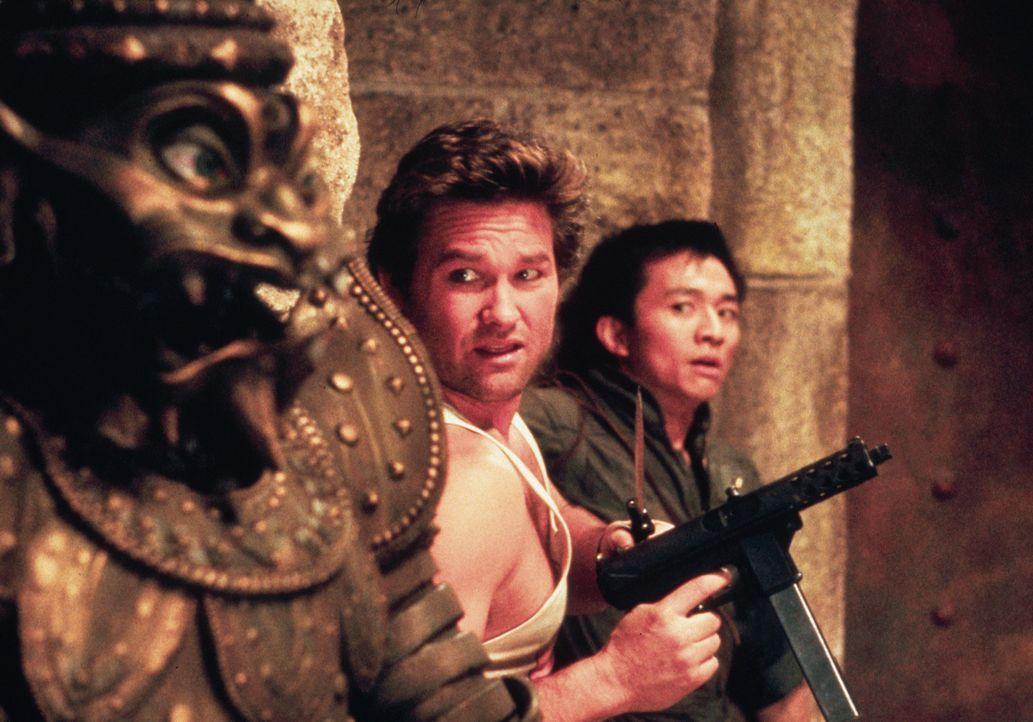Im Kampf für das Gute und gegen das Böse: Jack (Kurt Russell, l.) und sein Freund Wang (Dennis Dun, r.) ... - Bildquelle: 1986 Twentieth Century Fox Film Corporation. All rights reserved.