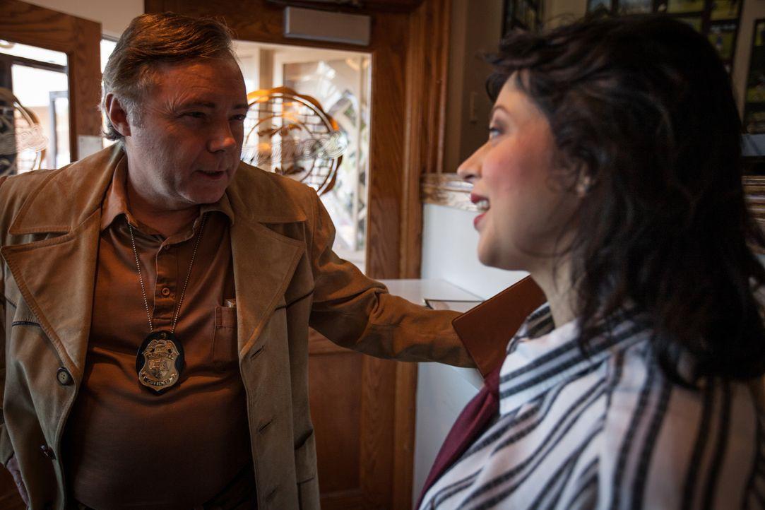 Hat sie etwas gesehen? Ermittler Bernie Gillespie (Brian McDonald, l.) befragt eine Barkeeperin, um den Mord an der 20-jährigen Wendy aufzuklären. - Bildquelle: Diego Garcia Cineflix 2014